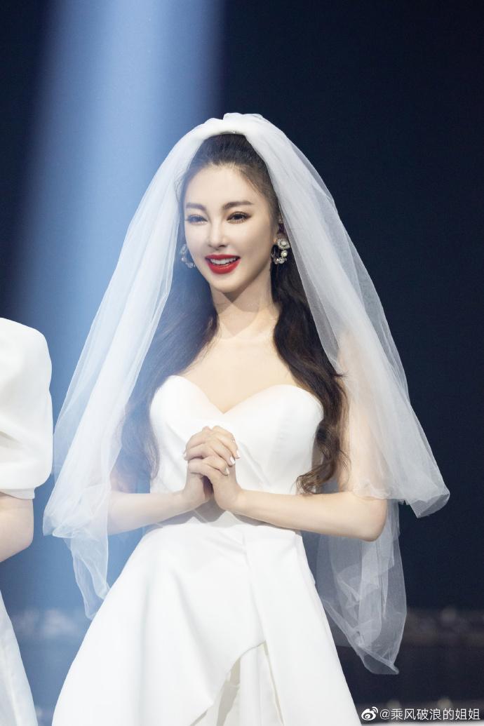 找对象点这里 《浪姐》舞台照曝光 姐姐们白纱出场超惊艳
